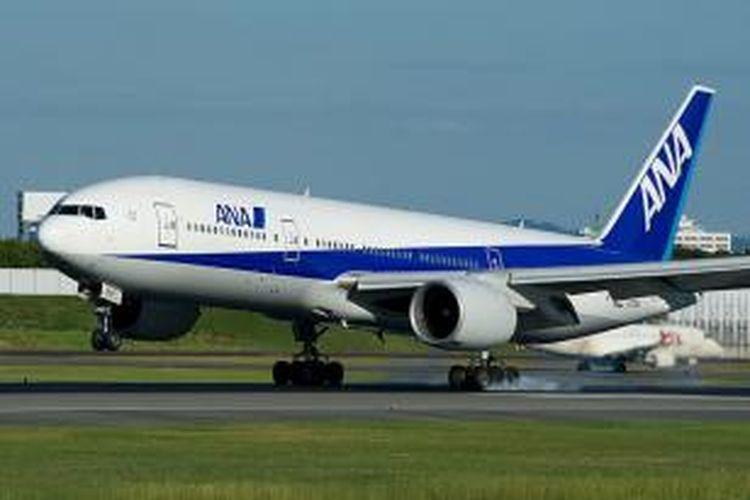Sebuah pesawat Boeing 777 milik ANA