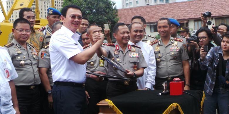 Gubernur DKI Jakarta Basuki Tjahaja Purnama bersama Kapolda Metro Jaya Irjen Pol Tito Karnavian saat melakukan groundbreaking pembangunan lapangan parkir Mapolda Metro Jaya, Rabu (2/3/2016).
