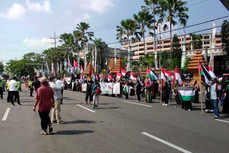 Ratusan pemuda di Surabaya menggelar aksi bela Palestina di depan gedung DPRD Jawa Timur, Jalan Indrapura, Surabaya, Senin (17/5/2021).