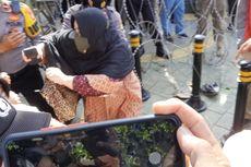 Eksepsi Rizieq Shihab di PN Jaktim, Polwan dan Sejumlah Ibu-ibu Simpatisan Saling Dorong