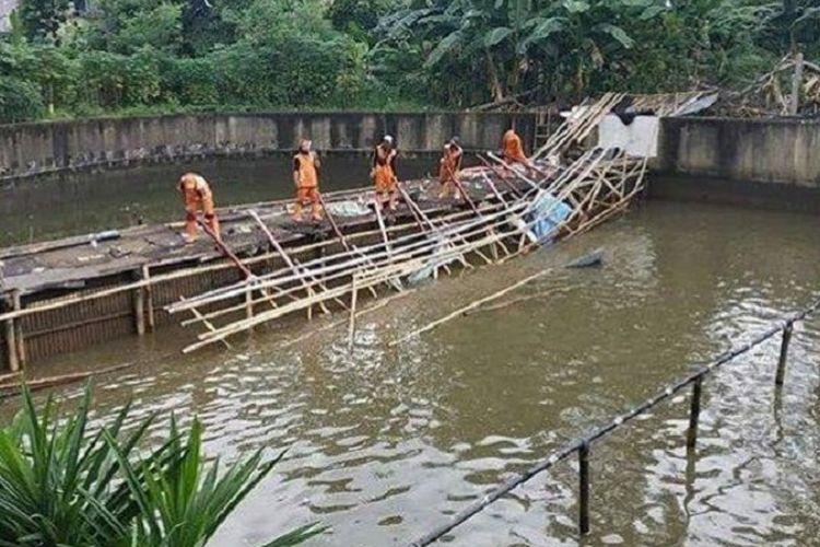 Aparat Kelurahan Cipinang Melayu melakukan pembongkaran pemancingan liar yang menggunakan aliran Kali Sunter di Makasar, Jakarta Timur, Rabu (21/10/2020)