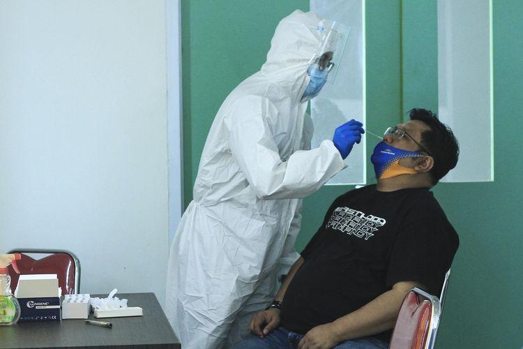 Seorang warga Jakarta melakukan pemeriksaan rapid tes antigen di Bandara Sultan Mahmud Badaruddin II Palembang, sebagai salah satu syarat penerbangan, Jumat (24/12/2020).