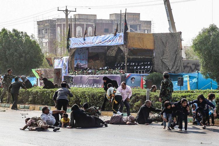 Foto yang dirilis 22 September 2018 memperlihatkan kerumunan di Ahvaz, Iran, berdiri setelah diserang sekelompok bersenjata tatkala perhelatan parade militer. Serangan itu menewaskan 29 orang.