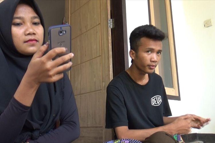 Nur Khusnul Khotimah (20) istri pertama Korik Akbar (20) saya berada di beranda rumah milik kakaknya. Korik adalah pengantin viral menikahi dua perempuan sekaligus 26 Juli 2021 lalu.