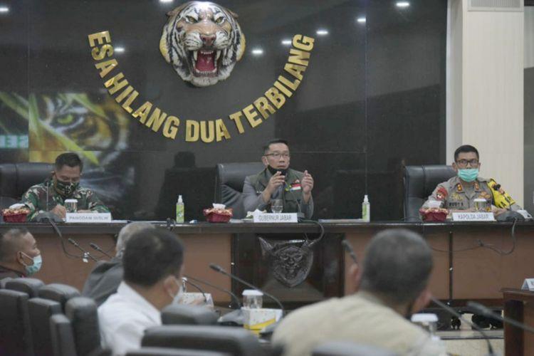 Gubernur Jawa Barat Ridwan Kamil saat rapat koordinasi persiapan PSBB Bandung Raya bersama Kapolda Jabar dan Pangdam III Siliwangi di Markas Komando Daerah Militer III/Siliwangi, Kota Bandung, Senin (20/4/2020) kemarin.