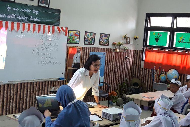 Menteri Keuangan Sri Mulyani Indrawati ketika mengajar di SD Kenari I, Kwitang, Jakarta Pusat, Senin (4/11/2019).