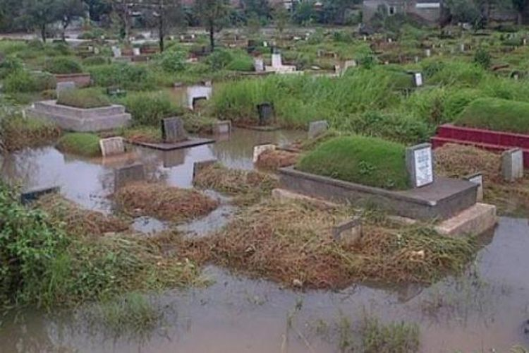 TPU Tanahkusir, Jakarta Selatan, terendam sehingga pemakaman pun terganggu.