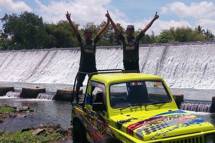 Wisatawan berfoto di atas jeep wisata di Mangunan