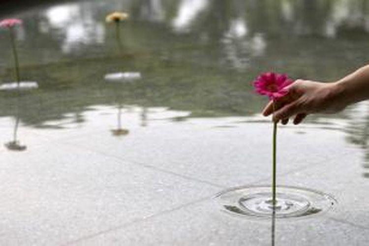 Hasilnya, vas mungil bernama Ripple ini sekilas akan tampak seperti setangkai bunga yang mengambang tegak sempurna di atas air.