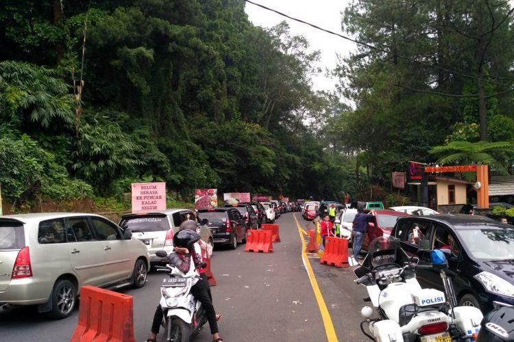 Ribuan pengendara terjebak hingga empat jam di jalur Puncak-Cianjur, Jawa Barat, hingga Sabtu (8/6) sore petugas belum dapat melakukan sistem satu arah karena kendaraan dari kedua arah masih sama-sama padat.