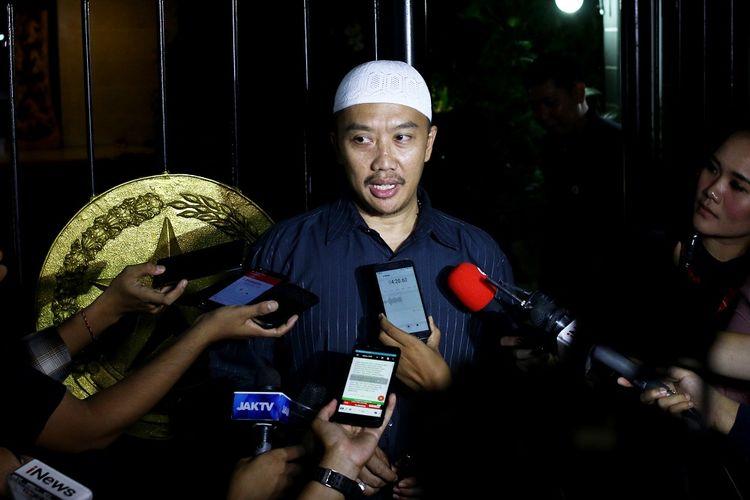 Menpora Imam Nahrawi memberikan keterangan kepada wartawan terkait penetapan dirinya sebagai tersangka baru kasus dugaan korupsi oleh KPK di Widya Chandra III, Jakarta, Rabu (18/9/2019). KPK menetapkan Imam Nahrawi sebagai tersangka kasus dugaan suap pemberian dana hibah KONI. ANTARA FOTO/Rivan Awal Lingga/nz