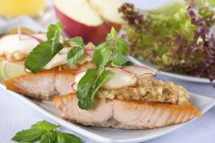 Ilustrasi ikan dan sayuran.