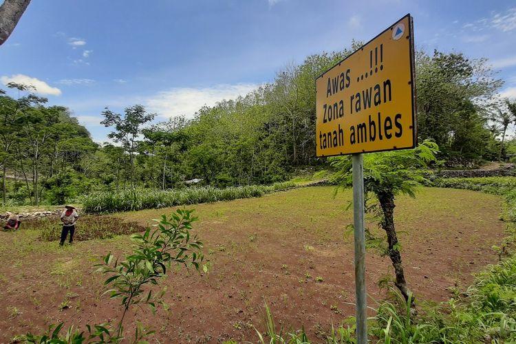 Papan Peringatan Tanah Ambles atau Sinkhole oleh BPBD yang dipasang di Desa Karangawen, Kecamatan Girisubo, Gunungkidul