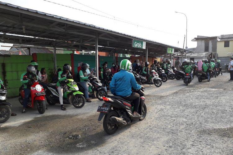 Shelter Ojek Online di Stasiun Depok Baru menjadi wadah bertemunya pengemudi dan penumpang ojek online di sana, Selasa (22/5/2018).