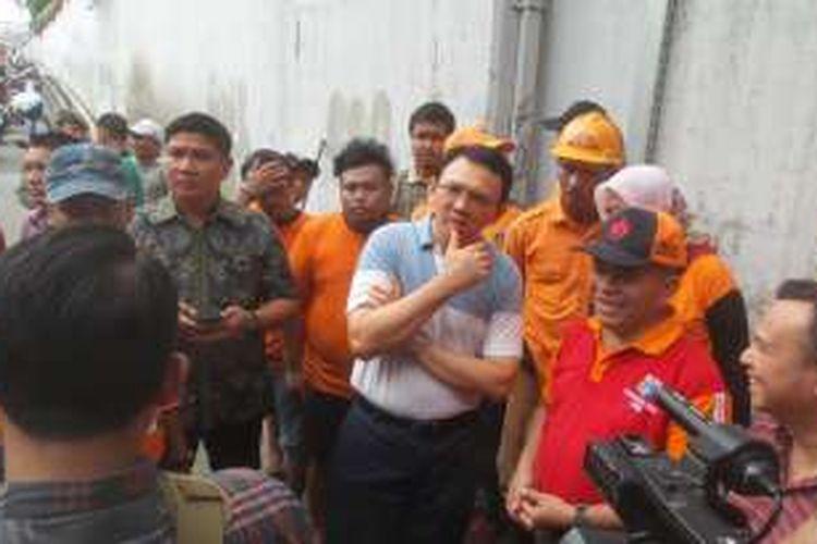 Gubernur DKI Jakarta Basuki Tjahaja Purnama saat meninjau terowongan di kawasan Gembrong, Jakarta Timur, Minggu (7/2/2016). Peninjuan dilakukan setelah pada Sabtu petang kemarin underpass ini muncul genangan yang mencapai ketinggian 10 centimeter.