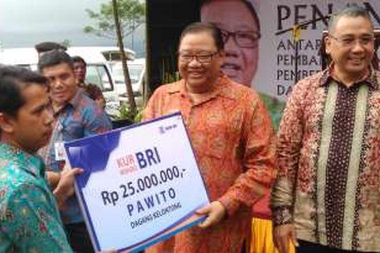 Menteri Koperasi UKM AAGN Puspayoga dan Menteri Desa PDTT Eko Putro Sandjojo saat memberikan KUR di Kabupaten Wonosobo, Jawa Tengah, Jumat (23/9/2016).