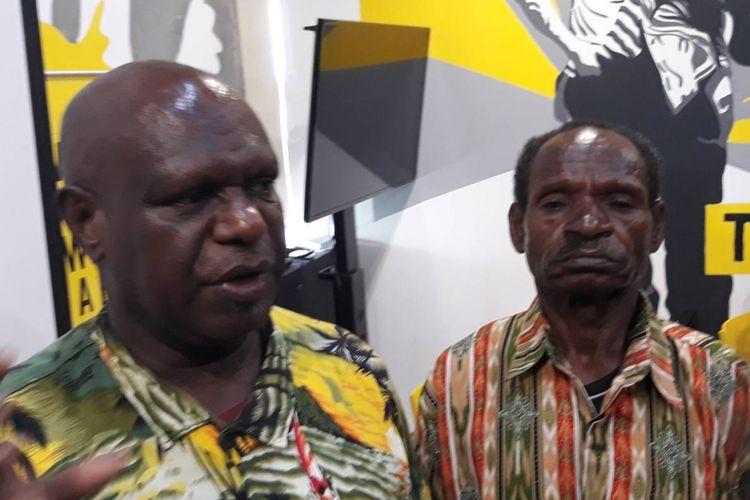 Obet Gobay (kanan) dan Yones Douw (kiri) di kantor Amnesty Internasional
