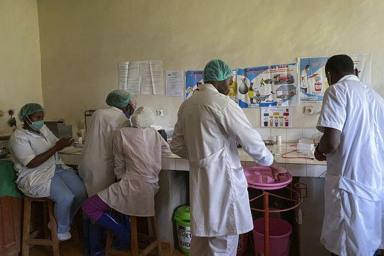 Petugas medis menyiapkan obat-obatan di Rumah Sakit Matabdam Butembo, saat pasien pertama virus ebola meninggal di provinsi Kivu Utara, Kongo, pada 11 Februari 2021.