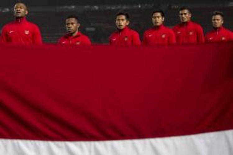 Para pemain Indonesia saat jelang laga melawan Laos pada laga MNC Cup di Stadion Utama Gelora Bung Karno, Kamis (21/11/2013).