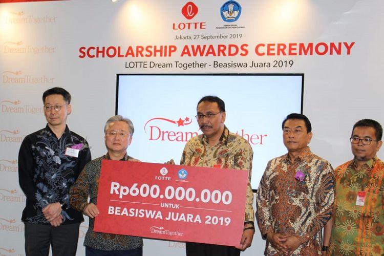 Acara Scholarship Award Ceremony dalam rangka pemberian Lotte Beasiswa Juara 2019 di Bina Graha, Kompleks Istana Kepresidenan, Jakarta, Jumat (27/9/2019).