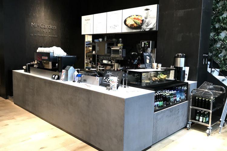 Tampilannya lebih terlihat seperti cafe mewah ketimbang diler mobil di kawasan elit Jepang.