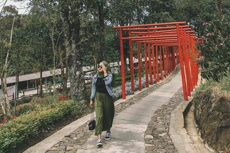 Pengunjung berjalan di antara gerbang Torii Path, yang merupakan tiang merah khas Jepang di Fushimi Inari-taisha. Bangunan ikonik Jepang ini dapat dilihat di Sakura Hills Tawangmangu, Karanganyar, Jawa Tengah.