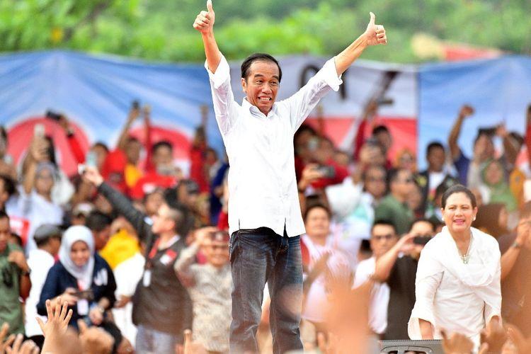 Capres petahana Joko Widodo dan sang istri Iriana Jokowi mengacungkan jempol di acara kampanye terbuka di Taman Bukit Gelanggang, Kota Dumai, Provinsi Riau, Selasa (24/3/2019).
