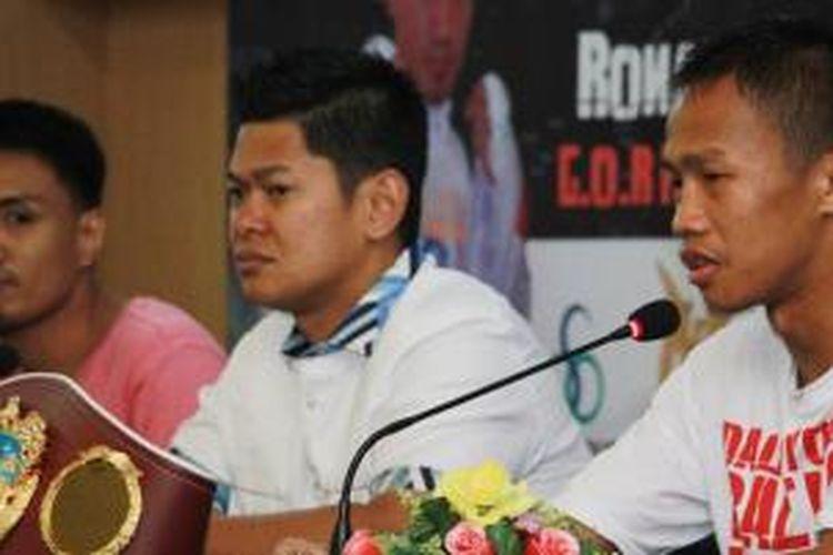 Petinju Daud Yordan (kanan) bersama promotor Raja Sapta Oktohari dan petinju FUlipina, Ronald Pontillas (kanan)