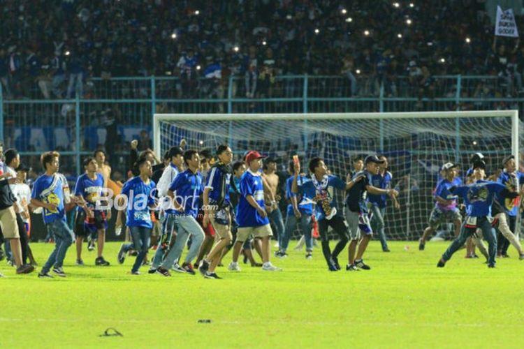Beberapa oknum suporter memasuki lapangan Stadion Kanjuruhan seusai pertandingan Liga 1 2018, Arema FC Vs Persib Bandung, Minggu (15/4/2018).