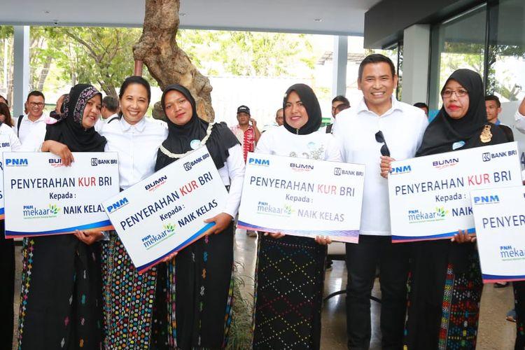 Menteri BUMN Rini Soemarno dan  Wakil Direktur Utama Bank BRI Catur Budi Harto berfoto bersama para nasabah Mekaar Naik kelas yang mendapatkan Kredit KUR Mikro dari Bank BRI, di Labuan Bajo, NTT, Senin (9/9/2019).
