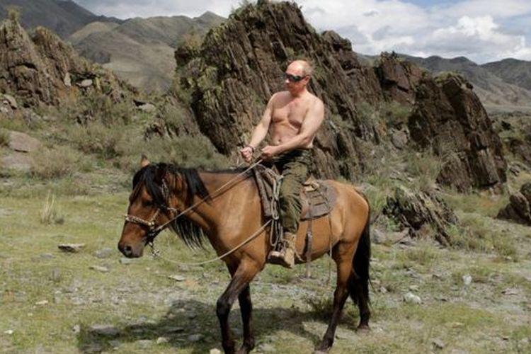 Vladimir Putin menunggang kuda saat liburan di Siberia Selatan pada Agustus 2009 silam.