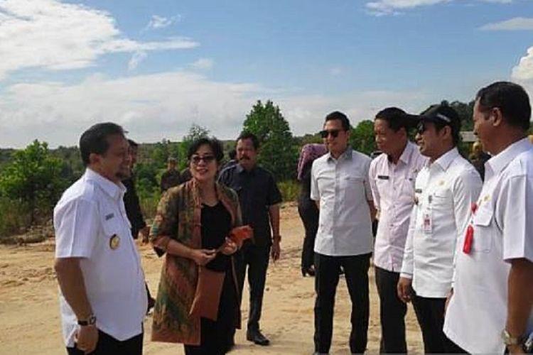Tim terpadu bersama Bupati Penajam Paser Utara Abdul Gafur Masud dan Wakil Gubernur Kalimantan Timur Hadi Mulyadi meninjau lokasi pembangunan rel Kereta Api di wilayah Penajam Paser Utara, Rabu (26/6/2019).