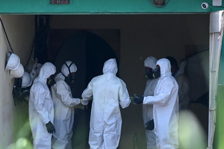 Tim forensik, sejumlah anggota kejaksaan agung dan polisi El Salvador bekerja di lokasi kejadian, sebuah rumah milik mantan polisi Hugo Ernesto Osorio Chavez, pelaku utama atas ditemukannya 40 jenazah pada 20 Mei 2021.