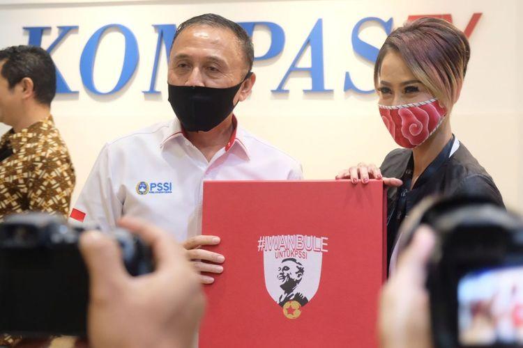 Ketua Umum PSSI, Mochamad Iriawan, memberikan suvenir kepada Pemimpin Redaksi KompasTV, Rosiana Silalahi, dalam kunjungannya ke Menara Kompas, Kamis (2/7/2020).