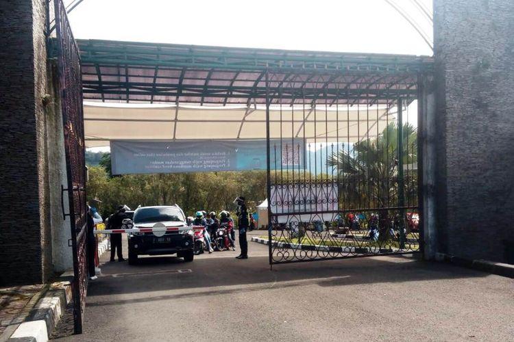 Sejumlah pengunjung menjalani pemeriksaan cek suhu tubuh saat hendak masuk ke area Kebun Raya Cibodas, Cianjur, Jawa Barat, Selasa (7/7/2020). Di hari pertama dibuka setelah 4 bulan tak beroperasi akibat pandemi Covid-19, ribuan pengunjung langsung menyerbu objek wisata alam tersebut.