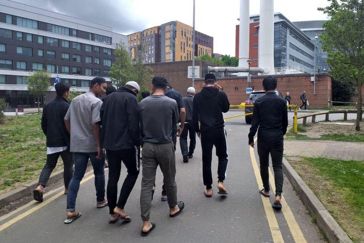 Para pemain Garuda Select saat berjalan menuju tempat shalat di kawasan Birmingham, Inggris.