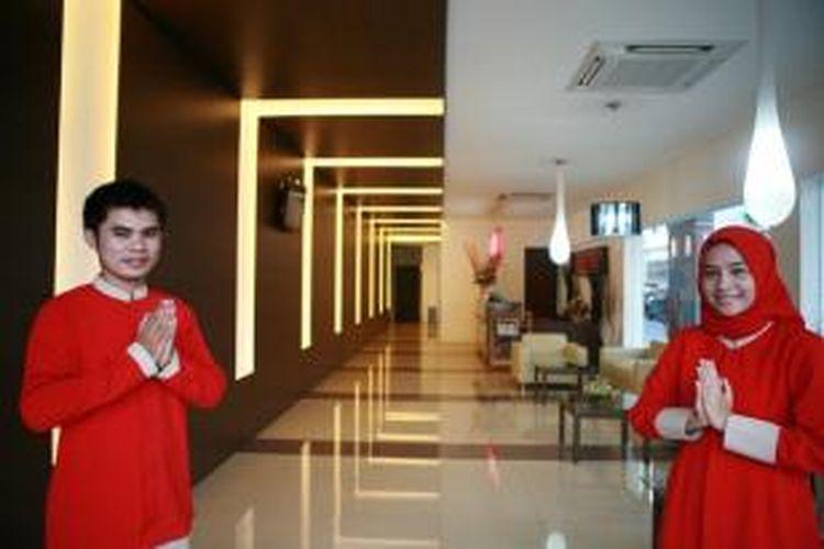 salah satu pembeda hotel syariah dan konvensional adalah pakaian muslim yang dikenakan petugas hotel.