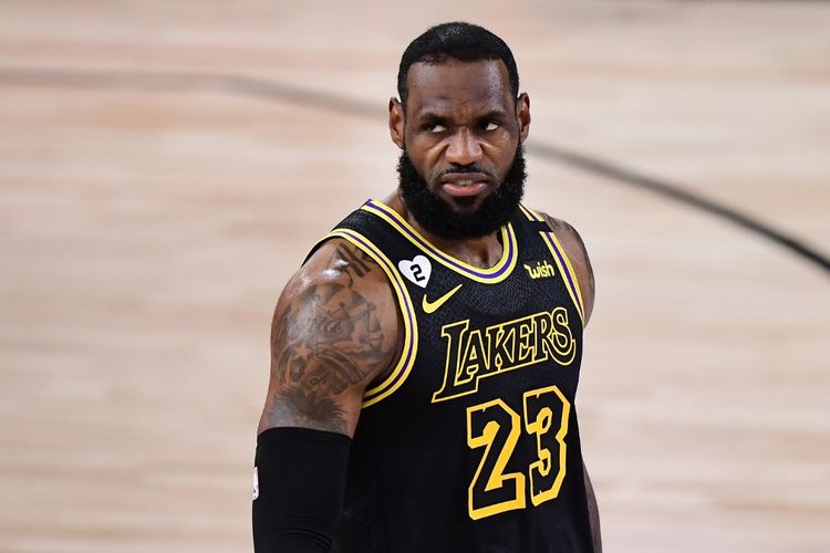Bintang LA Lakers, LeBron James, bereaksi pada laga Gim 2 Final NBA 2020 kontra Miami Heat di AdventHealth Arena, ESPN Wide World Of Sports Complex, pada 2 Oktober 2020.