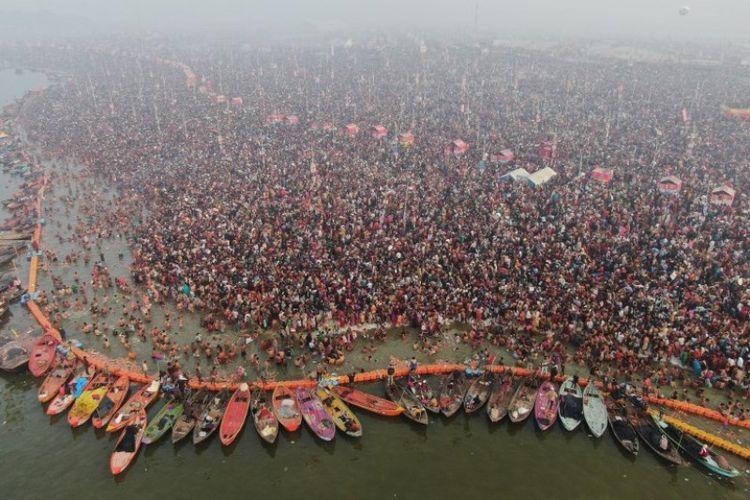 Umat Hindu India berendam di perairan suci di Sangam, yang merupakan pertemuan Sungai Gangga, Yamuna dan sungai Saraswati, Senin (4/2/2019), pada berlangsungnya Festival Kumbh Mela. (AFP/UTTAR PRADESH PR DEPT)