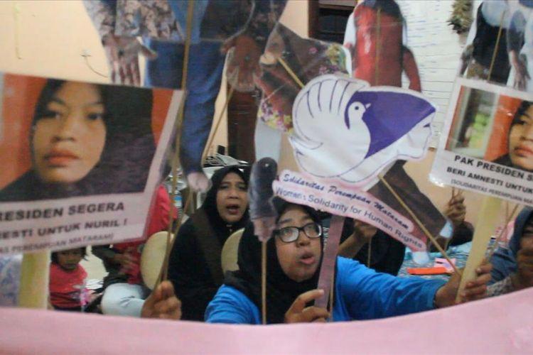 Para aktivis perempuan mengelar pertunjukan sederhana, wayang alternatif yaitu wayang solidaritas untuk Nuril, Jumat malam (12/7/2019). Mereka merespon kasus Baiq Nuril Maknun yang tengah menanti amnesti dari Presiden Joko Widodo.