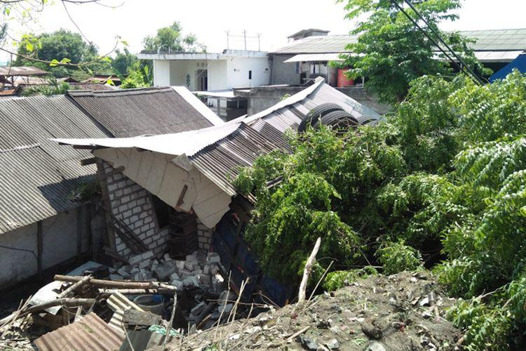 Diduga rem blong, truk yang dikemudikan Agus Joko Susilo ambruk mengenai sebuah rumah di Jalan Raya Desa Kembangan, Kecamatan Kebomas, Gresik.
