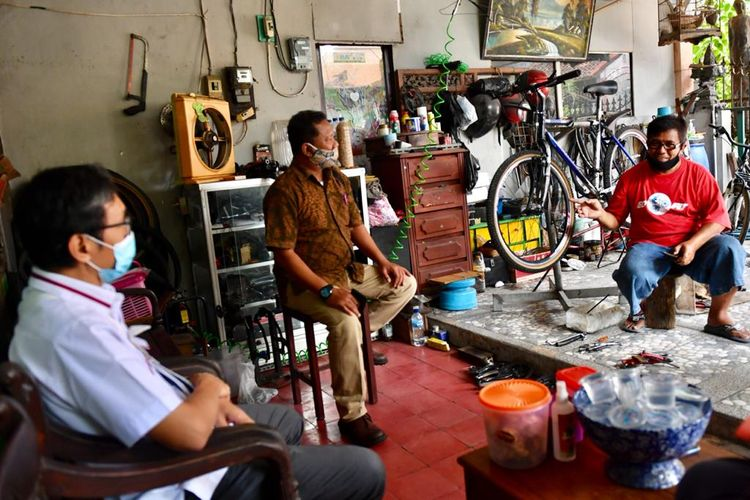 Deputi Bidang Kelembagaan Kementerian Koperasi dan UKM Rulli Nuryanto bersama dengan Staf Ahli Menteri Bidang Hubungan Antar Lembaga Kementerian Koperasi dan UKM Luhur Pradjarto melakukan kunjungan kerja dan monitoring terhadap penyaluran program Banpres Produktif untuk usaha mikro di Yogyakarta