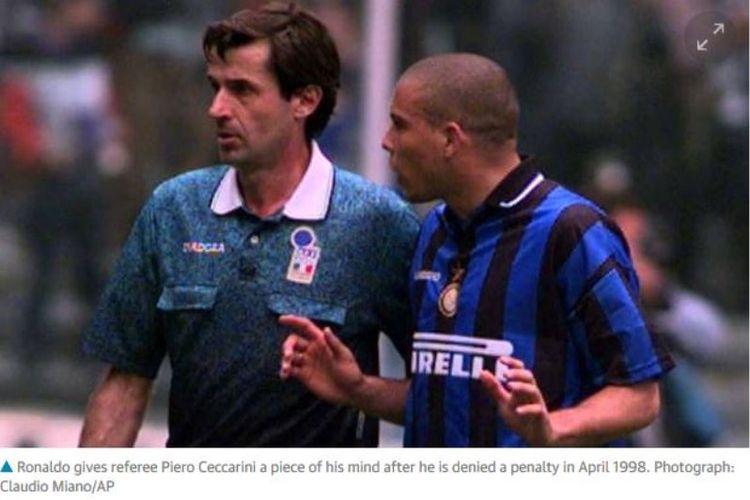 Striker Inter Milan, Ronaldo (kanan), berargumentasi dengan wasit Piero Ceccarini setelah tidak diberikan penalti dalam Derby dItalia edisi 1998.