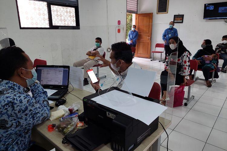 Para orangtua/wali murid yang mendaftar PPDB jalur zonasi secara langsung di SDN 06 Tangerang, Kecamatan Tangerang, Kota Tangerang, pada Kamis (17/6/2021).