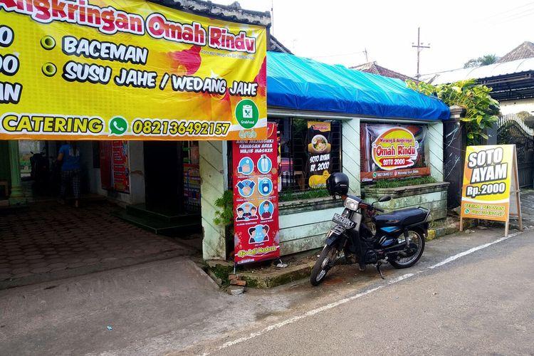 Warung dan angkringan Omah Rindu dengan menu andalan soto ayam Rp 2.000 per porsi, Senin (12/7/2021)