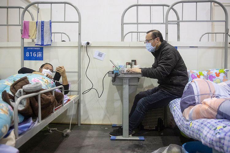 Pasien dengan gejala ringan virus corona COVID-19 beraktivitas saat menjalani perawatan di sebuah pusat pameran yang diubah menjadi rumah sakit darurat di Wuhan, Hubei, China (17/2/2020). Data hingga Rabu (19/2/2020) ini, korban meninggal akibat virus corona di China sudah mencapai 2.000 orang setelah dilaporkan 132 kasus kematian baru.