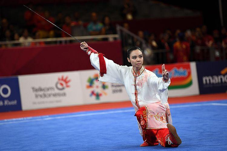 Atlet Indonesia Lindswell beraksi pada nomor Taijijian Putri Wushu Asian Games 2018 di JIExpo, Kemayoran, Jakarta, Senin (20/8/2018). Lindswell mempersembahkan emas kedua bagi kontingen Merah Putih usai berlaga dalam nomor Taijijian, meraih nilai tertinggi dengan total skor 9,75.