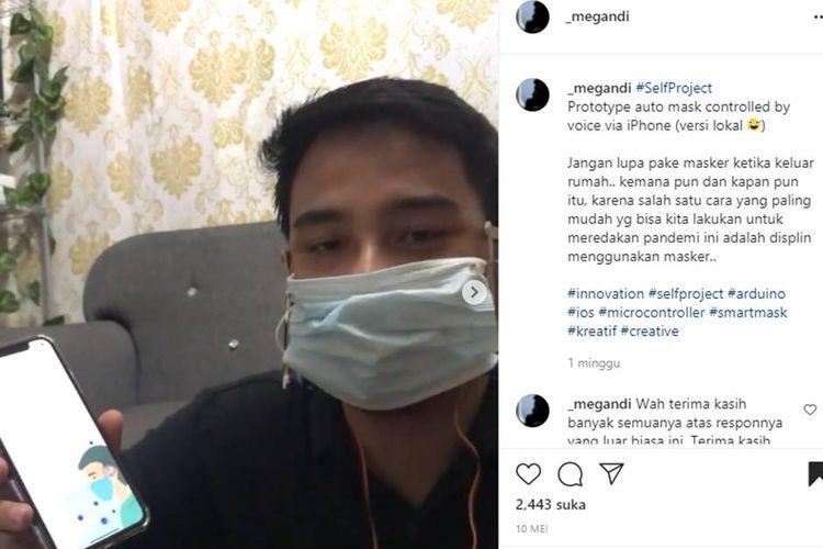 Tangkapan layar video yang menampilkan seorang pria tengah memperagakan alat buka tutup masker secara otomatis menggunakan sensor suara yang ia buat.