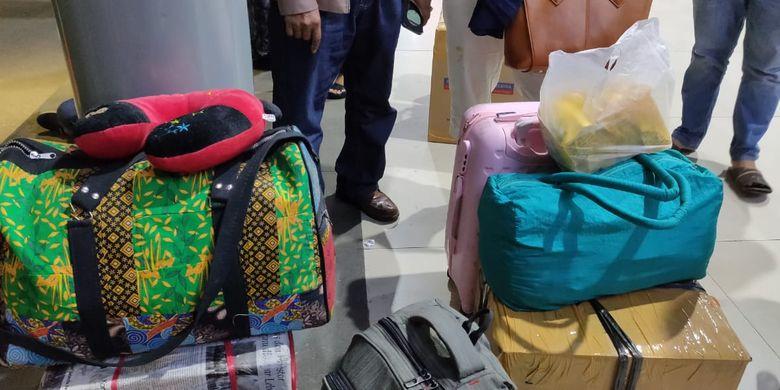 Barang bawaan dari penumpang kereta api Tawang Jaya yang menggunakan porter, Dewi (57). Ia mengaku kerap menggunakan jasa porter untuk membantu membawakan barangnya.