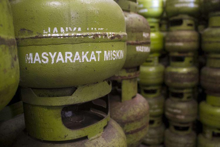 Tabung gas LPG berukuran 3 kg ditata di agen gas Pancoran Mas, Depok, Jawa Barat, Kamis (23/1/2020). Pemerintah mengeluarkan harga patokan elpiji 3 kg.